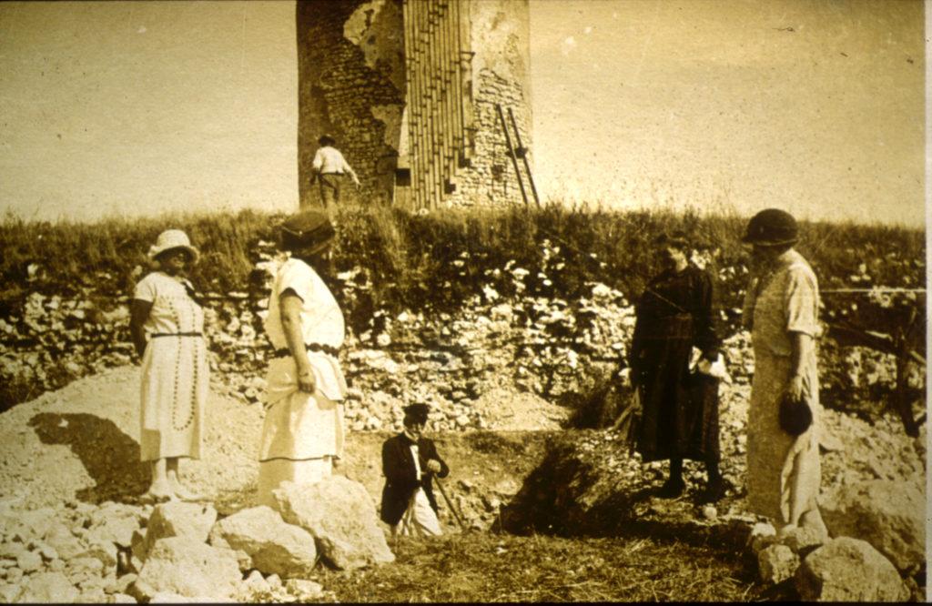 Léon Massiou fouille le temple en 1923